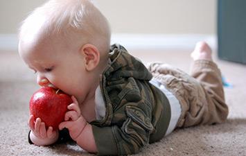 Можно ли кормить малыша, играющего с вашей игрушкой?